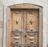 Ξύλινοι παραδοσιακοί παλαιοί πόρτα και τοίχος Στοκ φωτογραφία με δικαίωμα ελεύθερης χρήσης