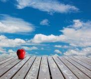 Ξύλινοι πατώματα και μπλε ουρανός Στοκ φωτογραφία με δικαίωμα ελεύθερης χρήσης