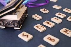 Ξύλινοι ρούνοι στην κασετίνα Στοκ φωτογραφία με δικαίωμα ελεύθερης χρήσης