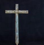 Ξύλινοι στο Θεό εμπιστευόμαστε το σταυρό στοκ φωτογραφία με δικαίωμα ελεύθερης χρήσης