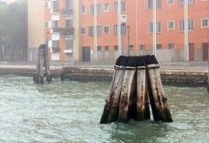 Ξύλινοι στυλοβάτες στην αδριατική θάλασσα κοντά στη Βενετία, Ιταλία Στοκ φωτογραφία με δικαίωμα ελεύθερης χρήσης