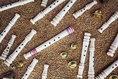 Ξύλινοι συριγμοί, κουδούνια ορείχαλκου και gingle κουδούνια στο σιτάρι backg Στοκ εικόνα με δικαίωμα ελεύθερης χρήσης