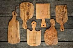 Ξύλινοι τεμαχίζοντας πίνακες στο αγροτικό ξύλινο υπόβαθρο Στοκ Φωτογραφία
