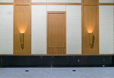 Ξύλινοι τοίχοι και πλαίσια πορτών του υποβάθρου Στοκ Εικόνες