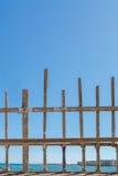 Ξύλινοι φράκτες παραλιών ενάντια στη θάλασσα και το μπλε ουρανό aqua Στοκ Φωτογραφία