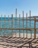 Ξύλινοι φράκτες παραλιών ενάντια στη θάλασσα και το μπλε ουρανό aqua Στοκ φωτογραφίες με δικαίωμα ελεύθερης χρήσης