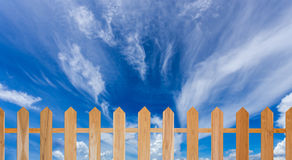 Ξύλινοι φράκτης και μπλε ουρανός Στοκ φωτογραφία με δικαίωμα ελεύθερης χρήσης
