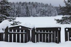 Ξύλινοι φράκτης και πύλη στο χιόνι στο δασικό χωριό, Στοκ Εικόνες