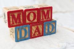 Ξύλινοι φραγμοί αλφάβητου στην ορθογραφία Mom παπλωμάτων και τον μπαμπά Στοκ Φωτογραφίες