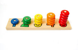 Ξύλινοι χρωματισμένοι φραγμοί, δαχτυλίδια Παιχνίδι για την εκμάθηση του απολογισμού ξύλινο γ Στοκ Εικόνες