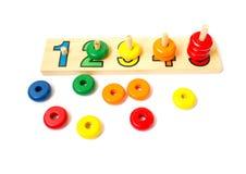 Ξύλινοι χρωματισμένοι φραγμοί, δαχτυλίδια Παιχνίδι για την εκμάθηση του απολογισμού ρηχός Στοκ Εικόνες