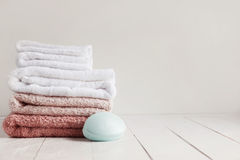 Ξύλινος άσπρος πίνακας στο λουτρό με ένα σύνολο πετσετών και scented σαπουνιού Στοκ Φωτογραφίες