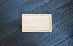 Ξύλινος δίσκος στο ξύλινο μαύρο υπόβαθρο Στοκ φωτογραφίες με δικαίωμα ελεύθερης χρήσης