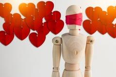 Ξύλινος αριθμός ατόμων τυφλός με την κόκκινη κορδέλλα και την κόκκινη ένωση καρδιών για Στοκ Φωτογραφίες