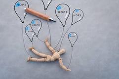 Ξύλινος αριθμός με τα μπαλόνια που επισύρουν την προσοχή στο γκρίζο υπόβαθρο Στοκ Εικόνες