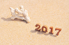Ξύλινος αριθμός 2017 στην ιδέα υποβάθρου παραλιών Στοκ Εικόνα