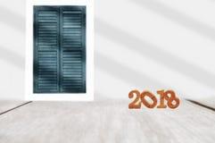 Ξύλινος αριθμός 2018 στη σανίδα και το κλασικό υπόβαθρο παραθύρων Στοκ Εικόνα