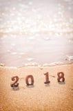 Ξύλινος αριθμός 2018 στο τροπικό υπόβαθρο παραλιών Στοκ φωτογραφία με δικαίωμα ελεύθερης χρήσης