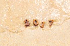 Ξύλινος αριθμός 2017 στο υπόβαθρο παραλιών με τη μαλακή ιδέα κυμάτων Στοκ Εικόνα
