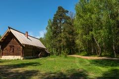 Ξύλινος δασικός δρόμος σπιτιών Στοκ Εικόνα