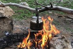 Ξύλινος-βαλμένος φωτιά παρασκευάστε το τσάι στοκ εικόνες