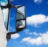 Ξύλινος δείκτης στο χορτοτάπητα στο υπόβαθρο του ουρανού Στοκ Εικόνες