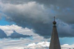 Ξύλινος θόλος εκκλησιών στο υπόβαθρο του νεφελώδους ουρανού Στοκ Φωτογραφία