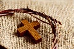 Ξύλινος διαγώνιος και η κορώνα των αγκαθιών του Ιησούς Χριστού Στοκ φωτογραφία με δικαίωμα ελεύθερης χρήσης
