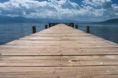 Ξύλινος λιμενοβραχίονας Mpty στην ακτή λιμνών Στοκ Εικόνα