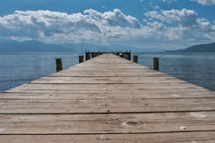 Ξύλινος λιμενοβραχίονας Mpty στην ακτή λιμνών Στοκ εικόνα με δικαίωμα ελεύθερης χρήσης