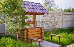 Ξύλινος καλά με τους κάδους για το νερό Στοκ φωτογραφία με δικαίωμα ελεύθερης χρήσης