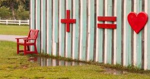 Ξύλινος κόκκινος πάγκος μπροστά από τον πολυ τοίχο χρώματος. Στοκ Εικόνα