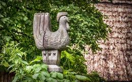 Ξύλινος κόκκορας στις πύλες της παλαιάς αγροικίας Στοκ Εικόνες