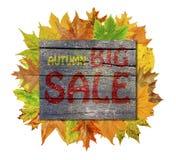 Ξύλινος κύβος με τα φύλλα φθινοπώρου γύρω και τη μεγάλη πώληση φθινοπώρου λέξης Στοκ Φωτογραφίες