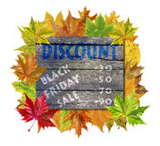 Ξύλινος κύβος με το φύλλο φθινοπώρου γύρω και τη μαύρη πώληση Παρασκευής λέξης Στοκ φωτογραφία με δικαίωμα ελεύθερης χρήσης