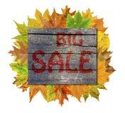 Ξύλινος κύβος τα φύλλα φθινοπώρου γύρω και τη μεγάλη πώληση λέξης που απομονώνεται με Στοκ εικόνες με δικαίωμα ελεύθερης χρήσης