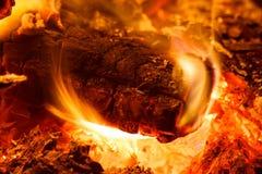 Ξύλινος ξυλάνθρακας στην πυρκαγιά Στοκ Εικόνα