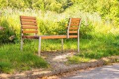 Ξύλινος πάγκος για τα ζευγάρια που μπορούν να καθίσουν πρόσωπο με πρόσωπο Στοκ Εικόνα