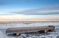 Ξύλινος πάγκος μπροστά από τη χειμερινή θάλασσα στοκ εικόνες