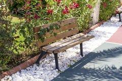 Ξύλινος πάγκος πάρκων σε ένα πάρκο Στοκ φωτογραφία με δικαίωμα ελεύθερης χρήσης
