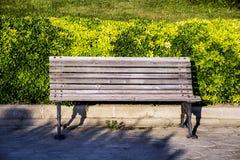 Ξύλινος πάγκος πάρκων υπαίθριος Στοκ φωτογραφία με δικαίωμα ελεύθερης χρήσης