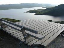 Ξύλινος πάγκος που αγνοεί τις λίμνες Στοκ Εικόνες