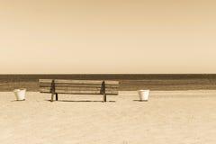 Ξύλινος πάγκος σεπιών στην αμμώδη ακτή παραλιών Στοκ εικόνες με δικαίωμα ελεύθερης χρήσης