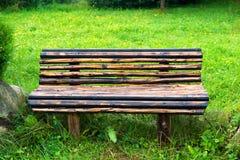 Ξύλινος πάγκος στο πράσινο πάρκο Στοκ φωτογραφία με δικαίωμα ελεύθερης χρήσης