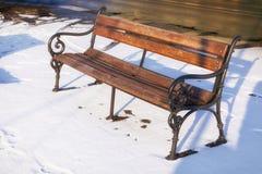 Ξύλινος πάγκος στο χειμώνα με στο χιόνι Στοκ Εικόνα