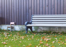 Ξύλινος πάγκος στο χορτοτάπητα Στοκ φωτογραφία με δικαίωμα ελεύθερης χρήσης