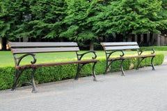 Ξύλινος πάγκος δύο στο πράσινο πάρκο Στοκ Φωτογραφία