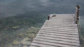 Ξύλινος πάκτωνας έξω στη δύσκολη θάλασσα Στοκ Εικόνες