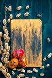 Ξύλινος πίνακας αυγών ιτιών catkins Στοκ φωτογραφία με δικαίωμα ελεύθερης χρήσης