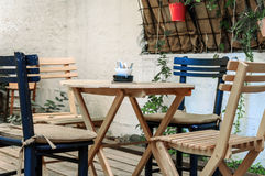 Ξύλινος πίνακας και μαύρες καρέκλες στον κήπο καφέδων Στοκ φωτογραφία με δικαίωμα ελεύθερης χρήσης